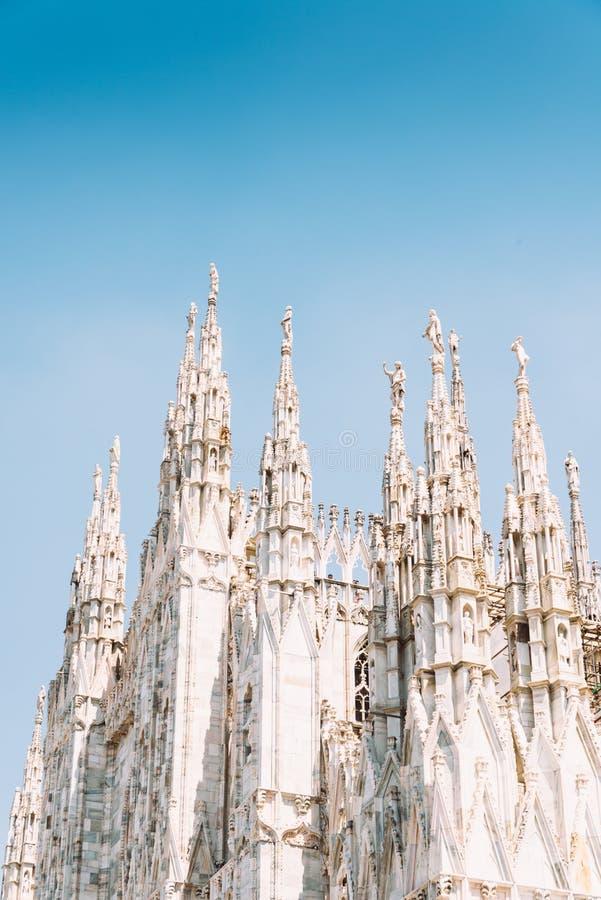 Μαρμάρινα αγάλματα των Αγίων στους κώνους του Di Μιλάνο Duomo καθεδρικών ναών του Μιλάνου στο Μιλάνο Λομβαρδία, Ιταλία στοκ φωτογραφία με δικαίωμα ελεύθερης χρήσης
