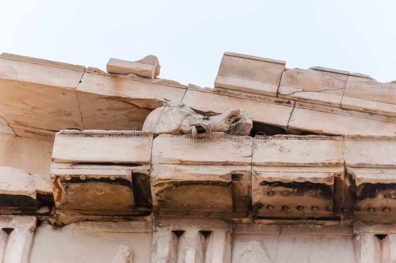 Μαρμάρινα κεφάλια αλόγων που κολλούν έξω από τη διάσημη πρόσοψη ναών Parthenon στο λόφο ακρόπολη στην Αθήνα, Ελλάδα στοκ φωτογραφία με δικαίωμα ελεύθερης χρήσης