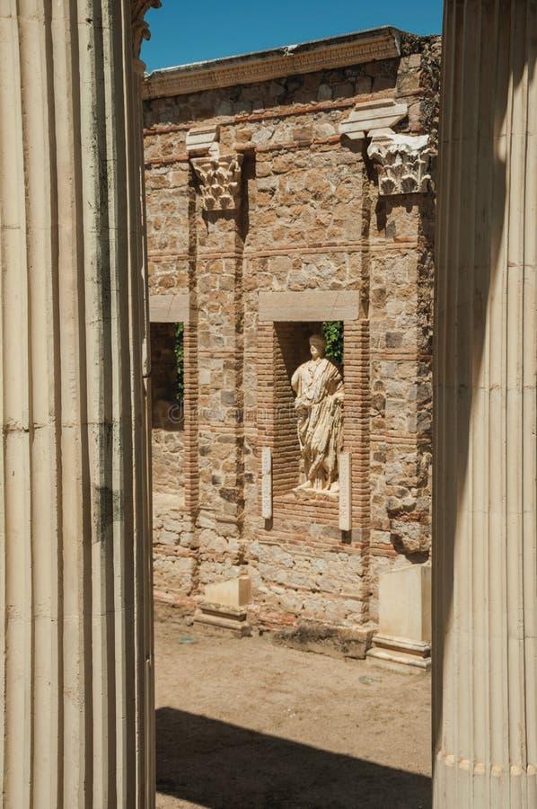 Μαρμάρινα στήλες και αγάλματα του ρωμαϊκού κτηρίου φόρουμ στο Μέριντα στοκ φωτογραφία