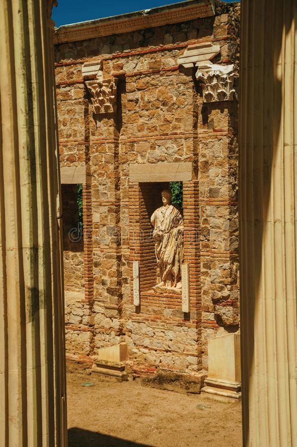 Μαρμάρινα στήλες και αγάλματα του ρωμαϊκού κτηρίου φόρουμ στο Μέριντα στοκ εικόνα