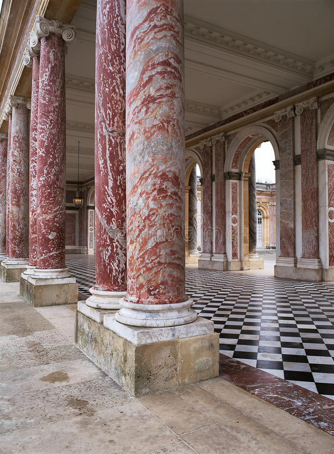 Μαρμάρινες στήλες στο Trianon στο παλάτι των Βερσαλλιών στοκ εικόνα