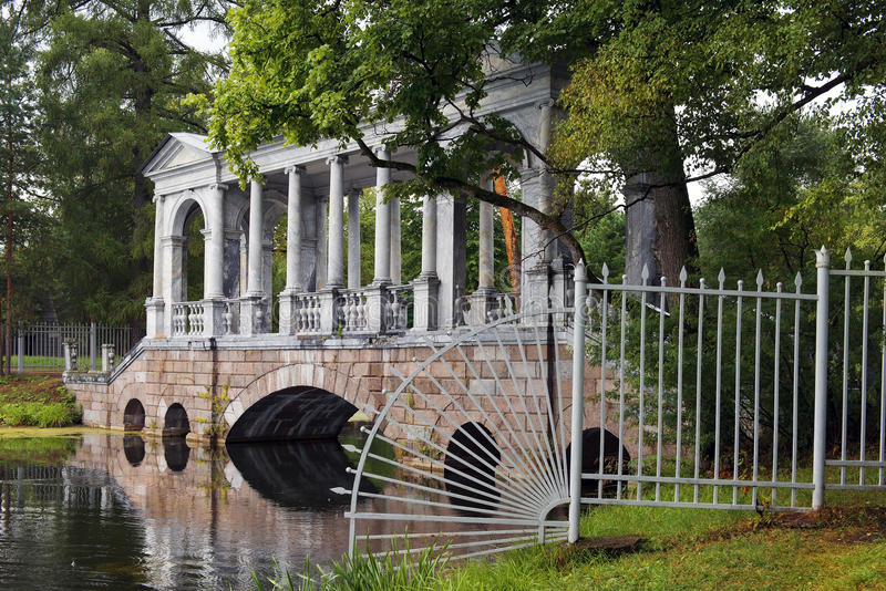 Μαρμάρινη γέφυρα ή σιβηρική μαρμάρινη στοά σε Tsarskoye Selo (Pushkin) στοκ φωτογραφία με δικαίωμα ελεύθερης χρήσης
