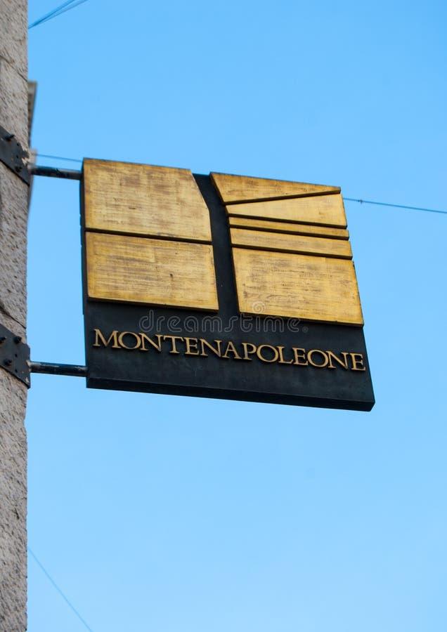 Μαρμάρινη πινακίδα της μόδας μέσω Monte Napoleone στο Μιλάνο στοκ φωτογραφία