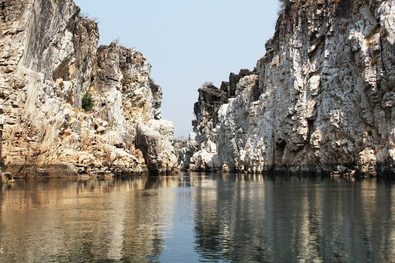 Μαρμάρινοι βράχοι Bhedaghat, Bhedaghat, Jabalpur, Ινδία στοκ φωτογραφία με δικαίωμα ελεύθερης χρήσης