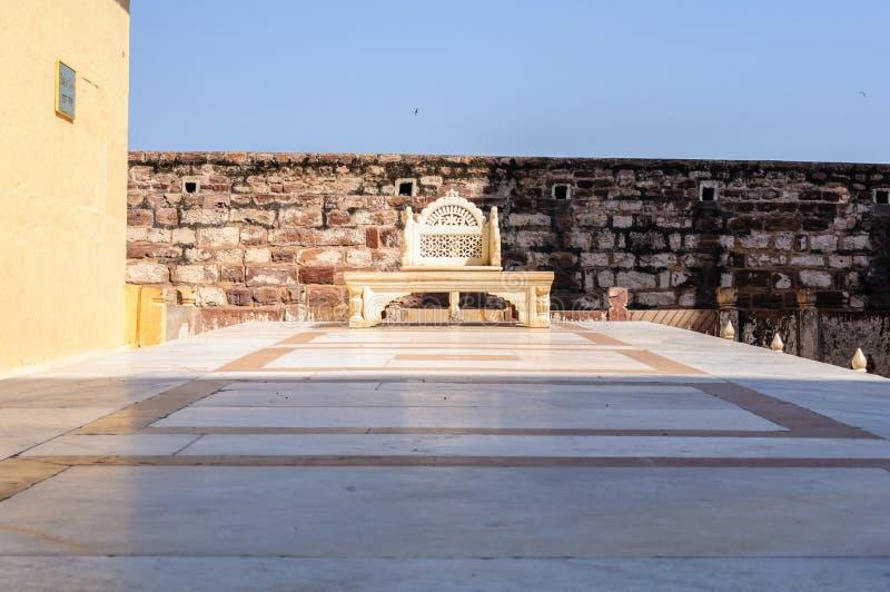 Μαρμάρινος θρόνος στο οχυρό Mehrangarh, Rajasthan, Jodhpur, Ινδία στοκ φωτογραφίες