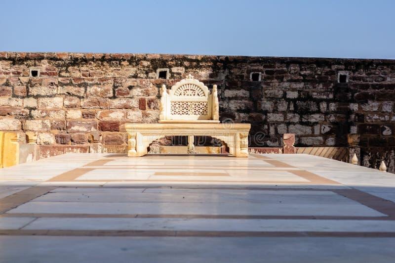 Μαρμάρινος θρόνος στο οχυρό Mehrangarh, Rajasthan, Jodhpur, Ινδία στοκ εικόνες