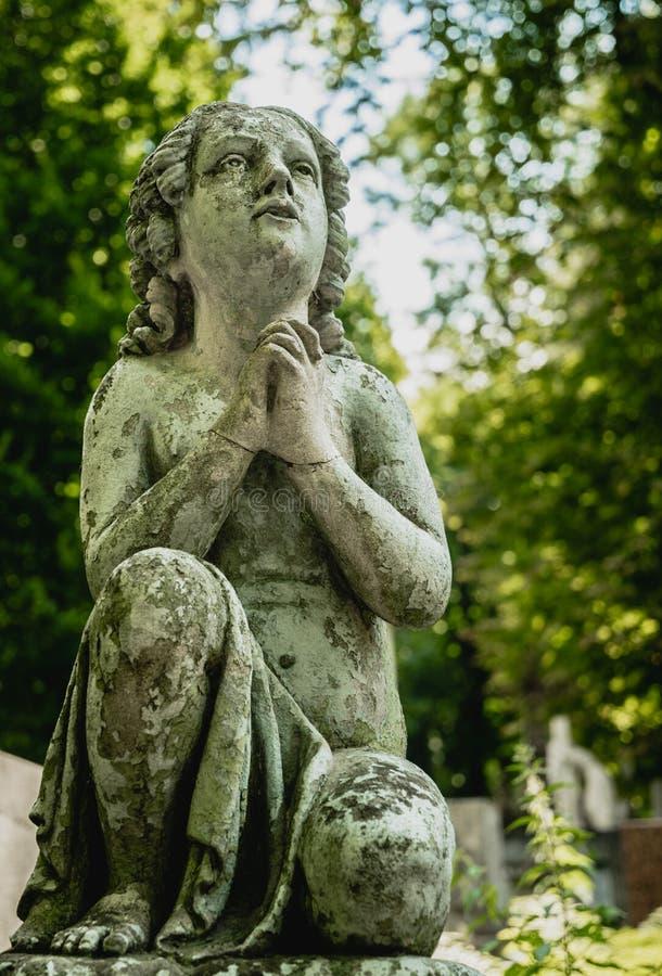 Μαρμάρινο άγαλμα και ένα αρχαίο εγκαταλειμμένο γοτθικό νεκροταφείο στοκ εικόνες με δικαίωμα ελεύθερης χρήσης