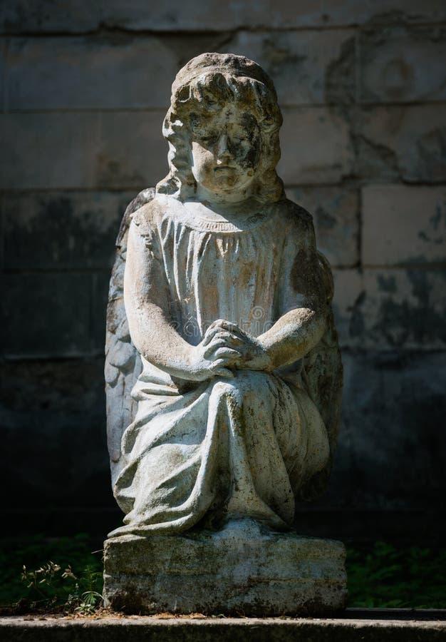 Μαρμάρινο άγαλμα και ένα αρχαίο εγκαταλειμμένο γοτθικό νεκροταφείο στοκ φωτογραφία με δικαίωμα ελεύθερης χρήσης