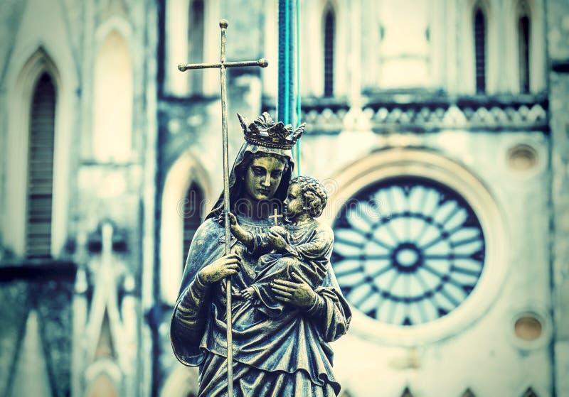 Μαρμάρινο άγαλμα της παρθένας Mary που φέρνει ένα παιδί με έναν διάχυτο στοκ φωτογραφία με δικαίωμα ελεύθερης χρήσης