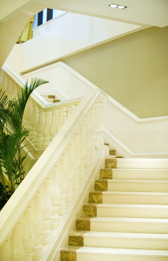 μαρμάρινο λευκό σκαλοπα στοκ εικόνες