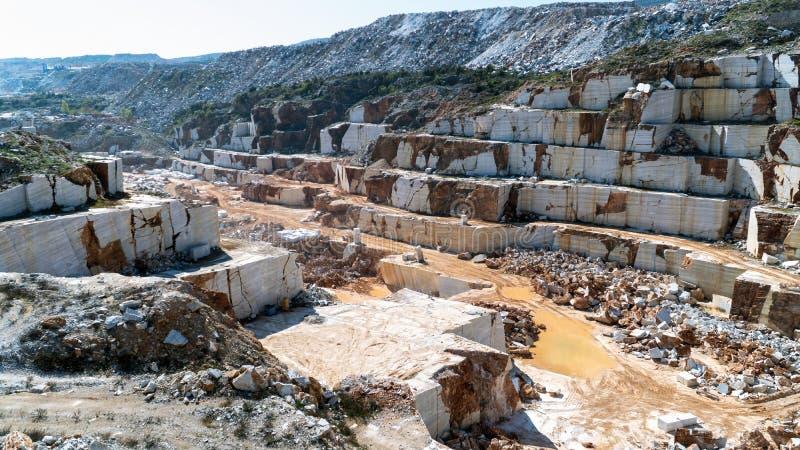 Μαρμάρινο σύνολο κοιλωμάτων λατομείων των βράχων και των φραγμών Marmara στο νησί, Τουρκία στοκ φωτογραφία με δικαίωμα ελεύθερης χρήσης