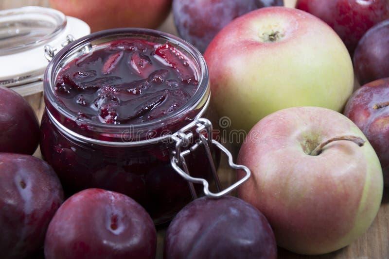 Μαρμελάδα από τα δαμάσκηνα με τα μήλα σε ένα βάζο γυαλιού στοκ φωτογραφίες