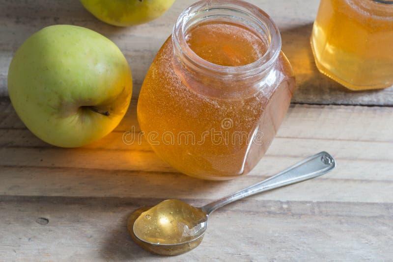 Μαρμελάδα ζελατίνας της Apple στον ξύλινο πίνακα με τα μήλα - εκλεκτική εστίαση επάνω στοκ εικόνες
