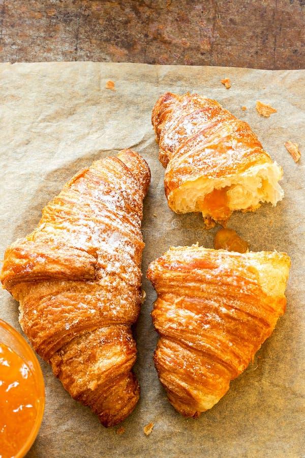Μαρμελάδα βερίκοκων που γεμίζουν croissants στοκ φωτογραφία με δικαίωμα ελεύθερης χρήσης