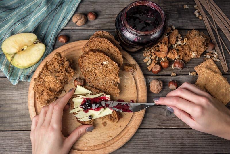 Μαρμελάδα και ψωμί φρούτων με το βούτυρο στοκ φωτογραφίες