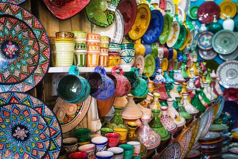 Μαροκινά αναμνηστικά τεχνών παζαριών στο medina, Essaouira, Μαρόκο στοκ φωτογραφία