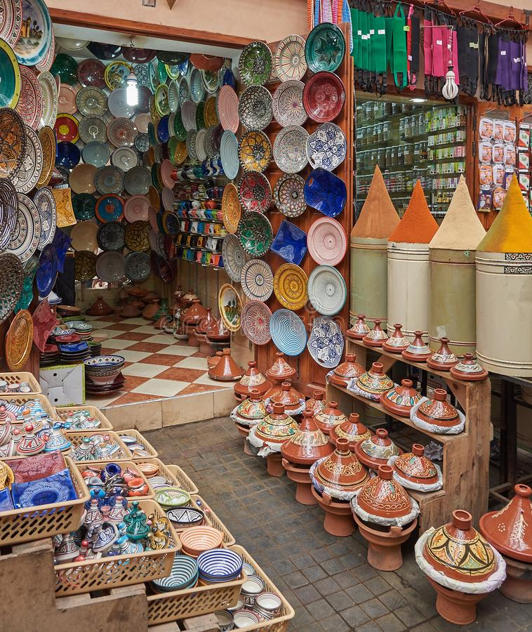 Μαροκινά παραδοσιακά αναμνηστικά στην αγορά στοκ εικόνες