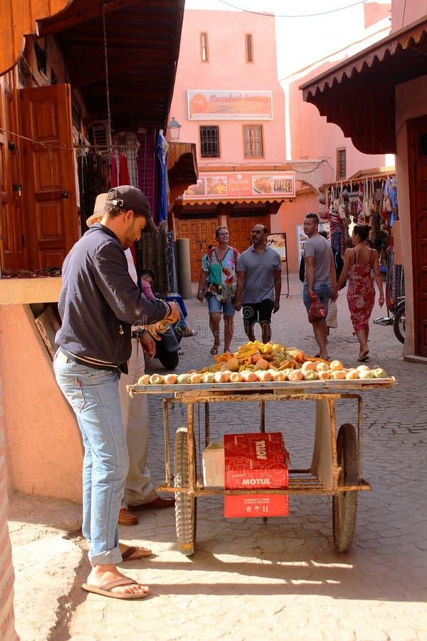 Μαροκινά πωλώντας τρόφιμα προμηθευτών σε μια οδό του medina - ιστορικό κέντρο στοκ εικόνα