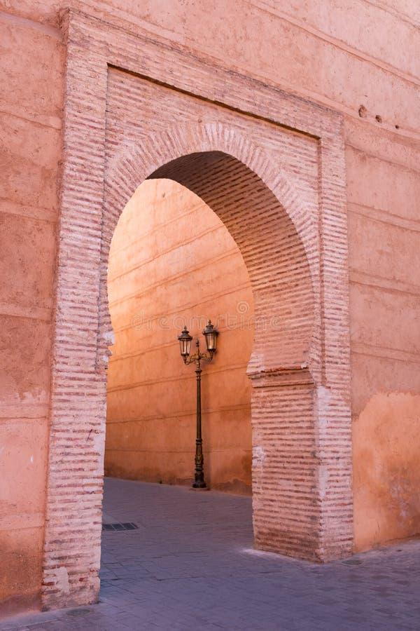 Μαροκινή αψίδα με έναν φωτεινό σηματοδότη κοντά στο μουσουλμανικό τέμενος Kasbah στο Μαρακές Μαρόκο στοκ εικόνα με δικαίωμα ελεύθερης χρήσης