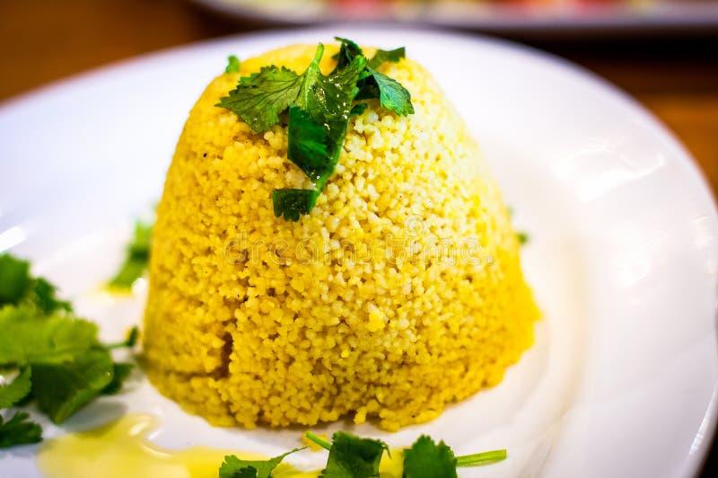Μαροκινό δευτερεύον πιάτο κουσκούς στο άσπρο πιάτο στοκ εικόνες