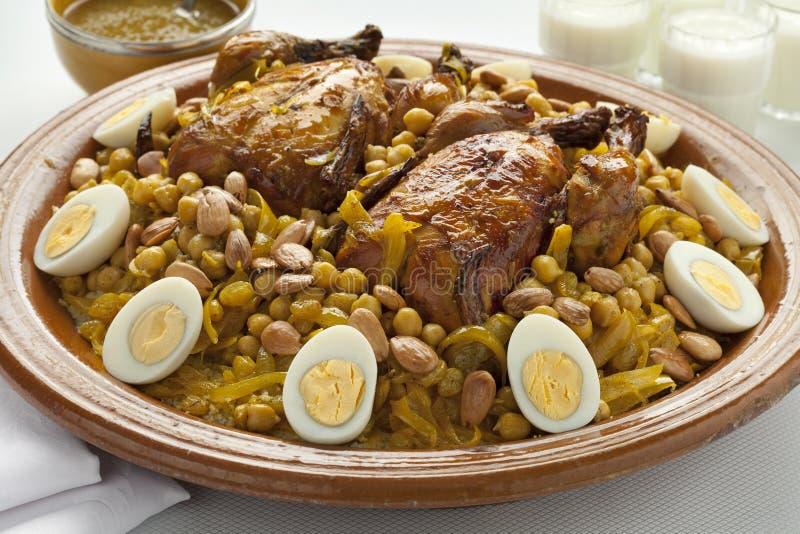Μαροκινό κουσκούς με το κοτόπουλο και τα καραμελοποιημένα κρεμμύδια στοκ εικόνες