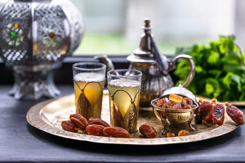 Μαροκινό πράσινο τσάι μεντών σε δύο γυαλιά και Teapot με τη φρέσκα μέντα και Sugarcubes στοκ εικόνες με δικαίωμα ελεύθερης χρήσης