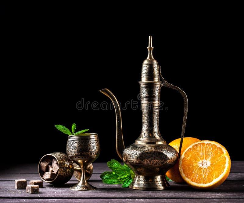 Μαροκινό τσάι με τη μέντα και τα πορτοκάλια στοκ φωτογραφία