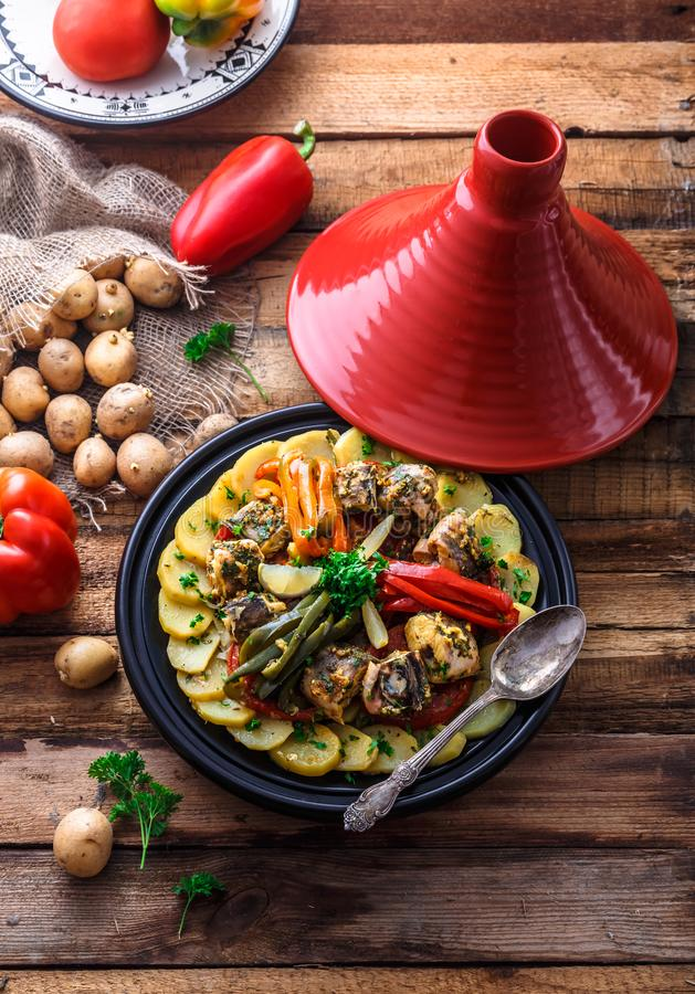 Μαροκινό tagine ψαριών με το chermoula, τα κόκκινα πιπέρια και την πατάτα στοκ φωτογραφίες με δικαίωμα ελεύθερης χρήσης