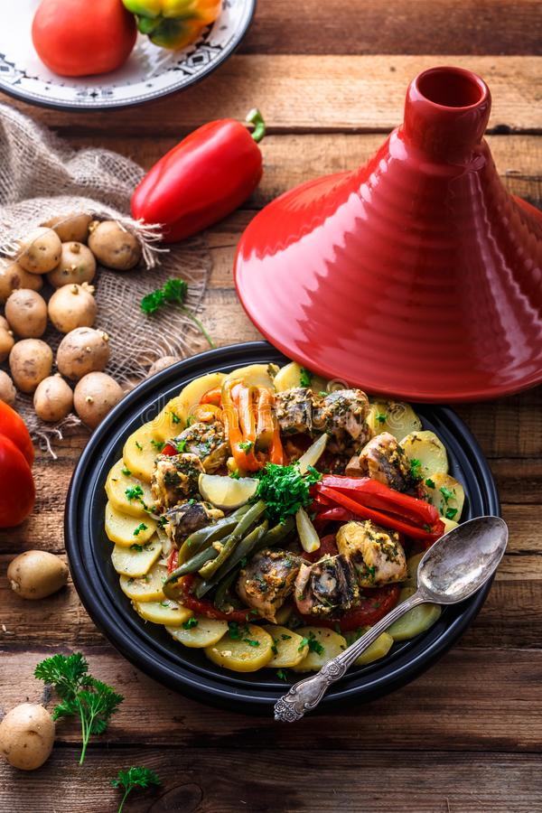 Μαροκινό tajine ψαριών με το chermoula, τα κόκκινα πιπέρια και την πατάτα στοκ εικόνες