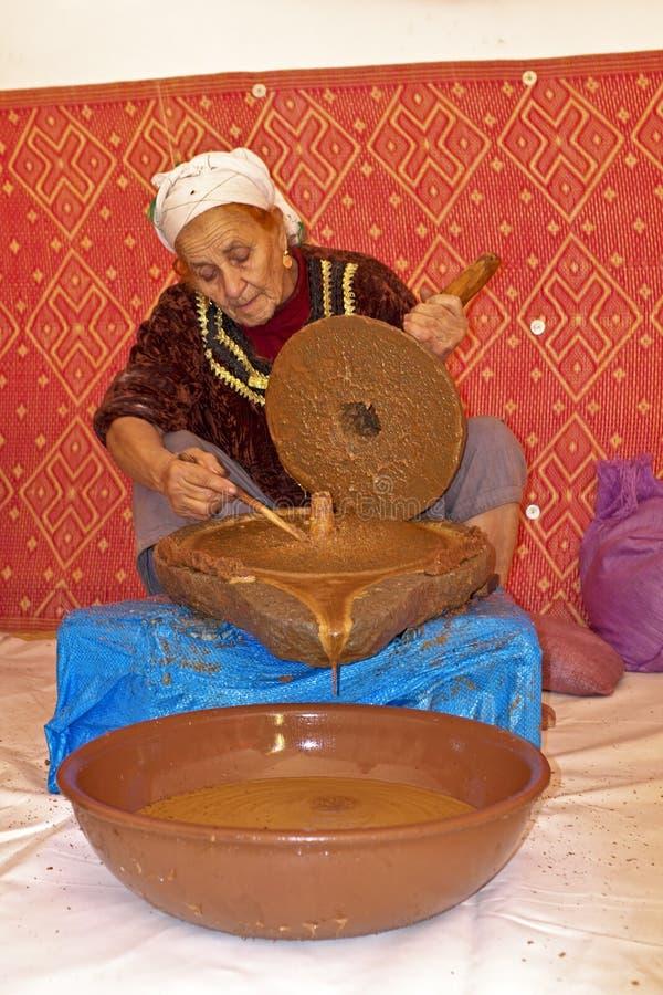 ΜΑΡΟΚΟ, ΚΟΙΛΆΔΑ OURIKA - 24 ΟΚΤΩΒΡΊΟΥ: Εργασίες γυναικών σε ένα cooperativ στοκ εικόνες