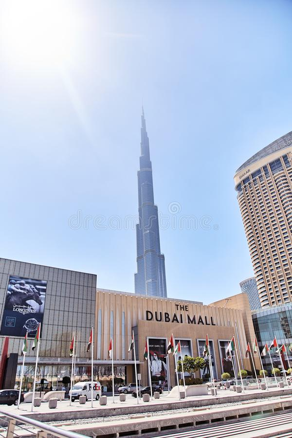 20 Μαρτίου 2019 - Ε.Α.Ε., Ντουμπάι: Άποψη Burj Khalifa μέσω της λεωφόρου του Ντουμπάι στοκ φωτογραφία με δικαίωμα ελεύθερης χρήσης