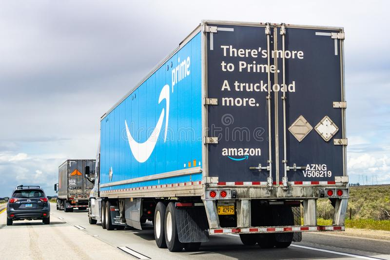 20 Μαρτίου 2019 Λος Άντζελες/ασβέστιο/ΗΠΑ - οδήγηση φορτηγών του Αμαζονίου στο διακρατικό, το μεγάλο πρωταρχικό λογότυπο που τυπώ στοκ φωτογραφία με δικαίωμα ελεύθερης χρήσης
