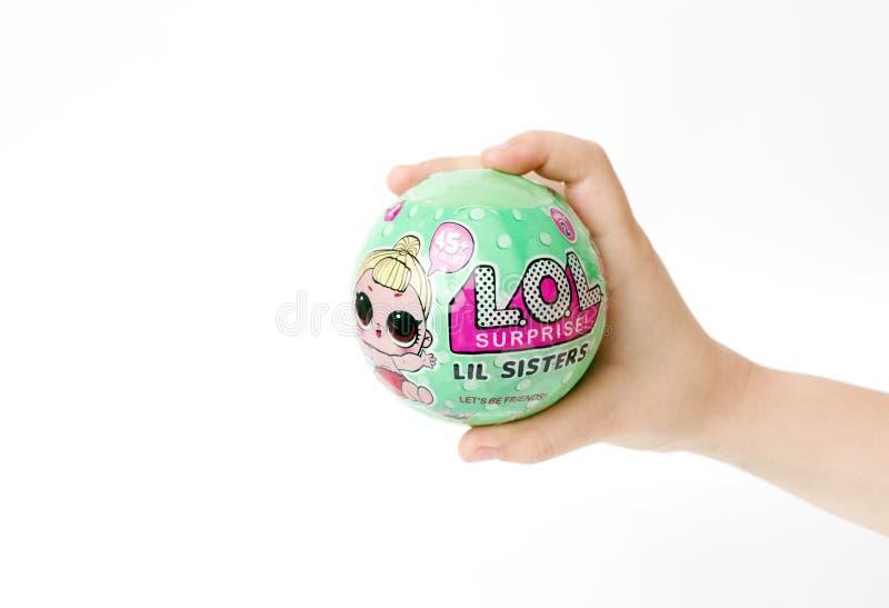 9 Μαρτίου 2017: Λ Ο Λ Αιφνιδιαστικό παιχνίδι ένας δημοφιλής Ένα παιδί κρατά ένα παιχνίδι στα χέρια μιας έκπληξης στοκ εικόνα με δικαίωμα ελεύθερης χρήσης