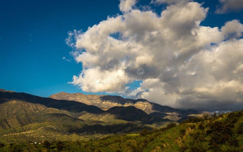 7 ΜΑΡΤΊΟΥ 2019, MALIBU, Λα, ασβέστιο, ΗΠΑ - το ορεινό τοπίο Ojai με τα Greenfield και το ηλιοβασίλεμα καλύπτει στοκ εικόνες