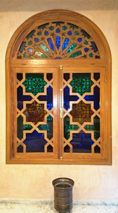 12 Μαρτίου 2019, Marracesh Μαρόκο: Παράθυρο με ένα ξύλινο λουστραρισμένο με λά στοκ εικόνες