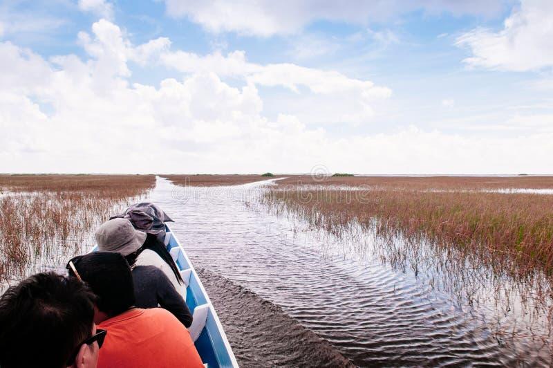 1 ΜΑΡΤΊΟΥ 2013 Phatthalung, Ταϊλάνδη - βάρκα τουριστών για την εξόρμηση ιχνών φύσης Talay Noi, υγρότοπος Ramsar resevoir της λίμν στοκ φωτογραφία