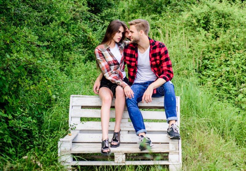 Μας αρέσει να φιλιόμαστε άντρας με κορίτσι στο πάρκο οικογενειακό σαββατοκύριακο rancho ρομαντικό ραντεβού χαρούμενη ημέρα βαλεντ στοκ εικόνα