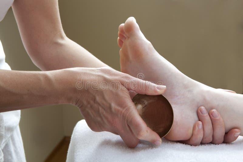 Μασάζ ποδιών με το κύπελλο χαλκού στοκ φωτογραφίες με δικαίωμα ελεύθερης χρήσης