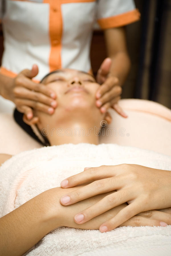 Μασάζ προσώπου στην επεξεργασία skincare στοκ φωτογραφία με δικαίωμα ελεύθερης χρήσης
