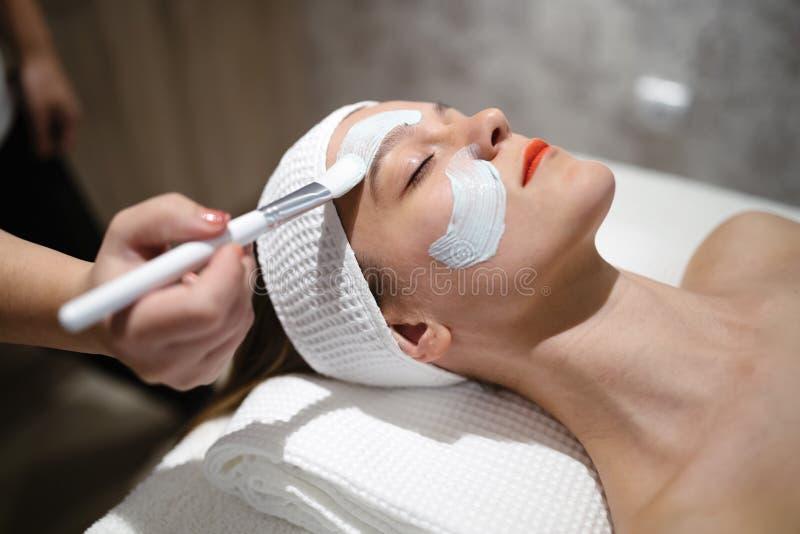 Μασέρ που εφαρμόζει τη μάσκα προσώπου στοκ φωτογραφία με δικαίωμα ελεύθερης χρήσης