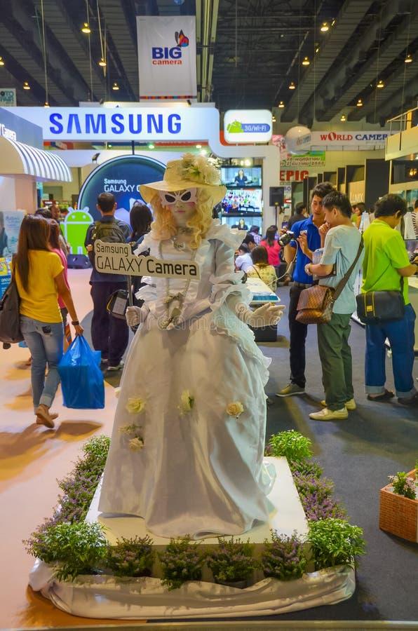 Η μασκότ κοριτσιών της Samsung για να προαγάγει το γαλαξία της Samsung ήρθε στοκ εικόνες