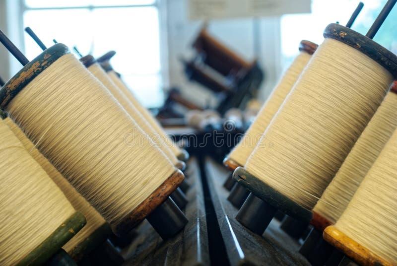 Μασούρια του νήματος μαλλιού στο μύλο στοκ φωτογραφία με δικαίωμα ελεύθερης χρήσης