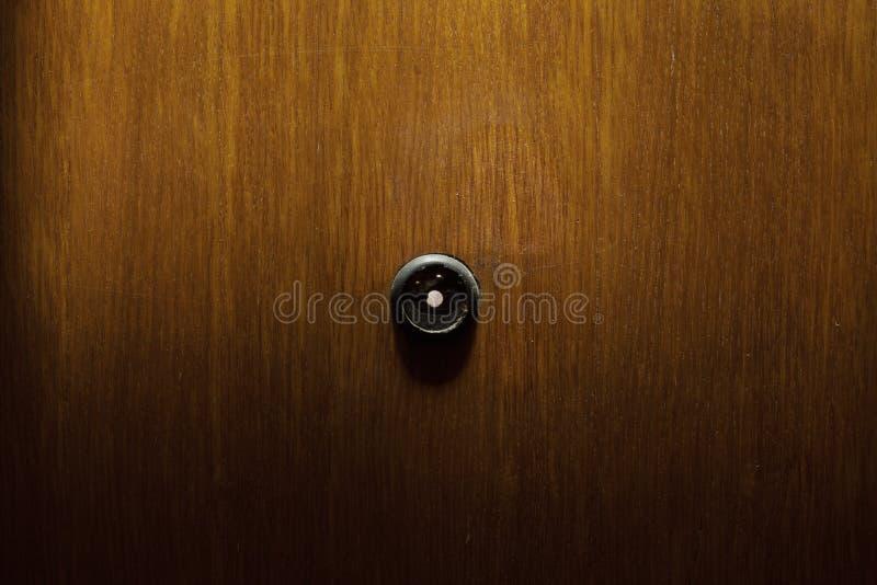Ματάκι πόρτας στις ξύλινες πόρτες στοκ φωτογραφίες