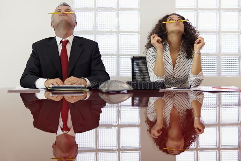 Ματαιωμένοι συνάδελφοι που παίζουν στη τηλεσύσκεψη στοκ εικόνα με δικαίωμα ελεύθερης χρήσης