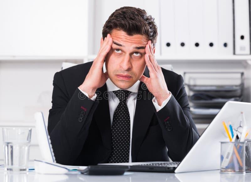 Ματαιωμένος επιχειρηματίας στο γραφείο γραφείων στοκ φωτογραφίες με δικαίωμα ελεύθερης χρήσης