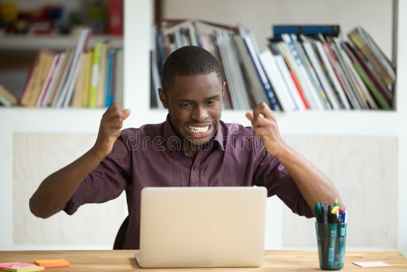 Ματαιωμένος συναισθηματικός επιχειρηματίας που εξετάζει την οθόνη lap-top στοκ φωτογραφία με δικαίωμα ελεύθερης χρήσης
