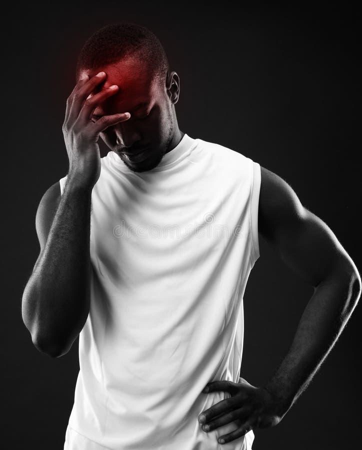 Ματαιωμένο αφρικανικό άτομο που έχει τον πόνο στοκ εικόνες