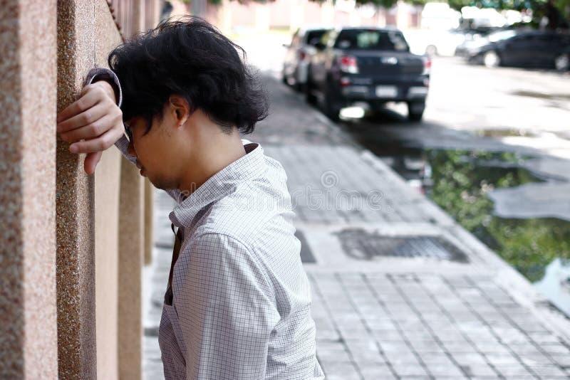 Ματαιωμένο τονισμένο νέο ασιατικό συναίσθημα επιχειρησιακών ατόμων που απογοητεύεται στο εξωτερικό γραφείο στοκ φωτογραφίες με δικαίωμα ελεύθερης χρήσης