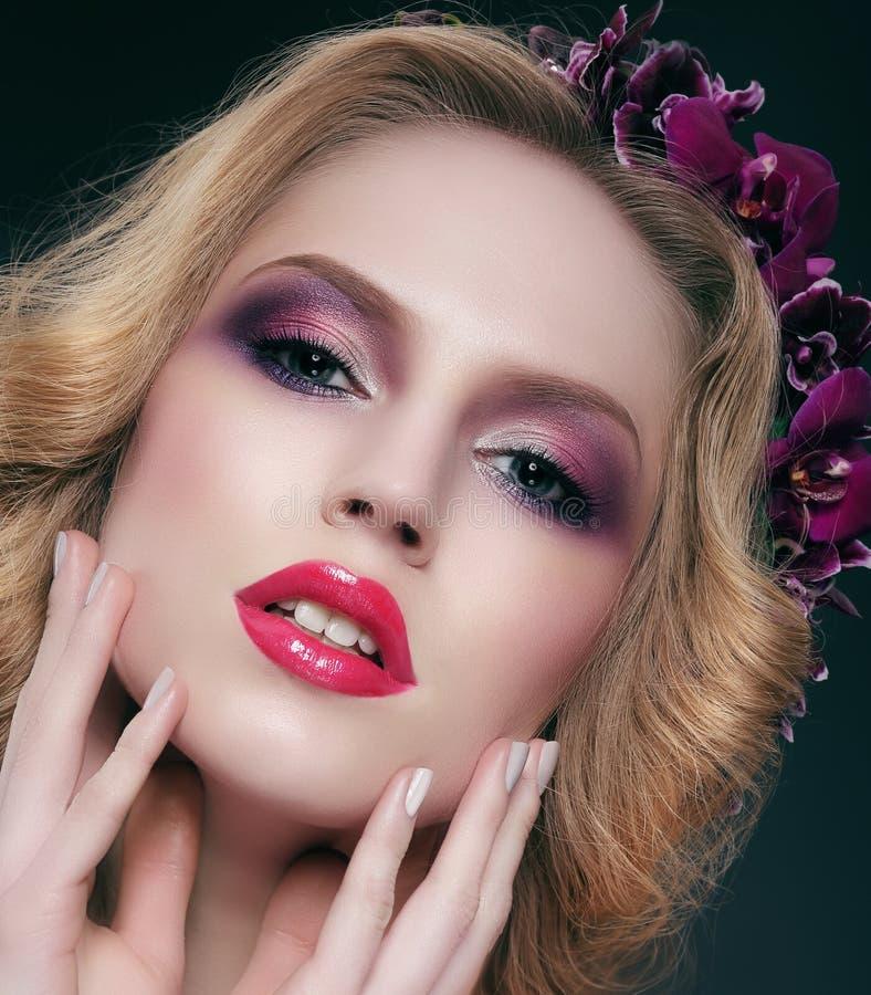 ματιά Αισθησιακή γυναίκα με γοητευτικό καθιερώνον τη μόδα Makeup στοκ εικόνες
