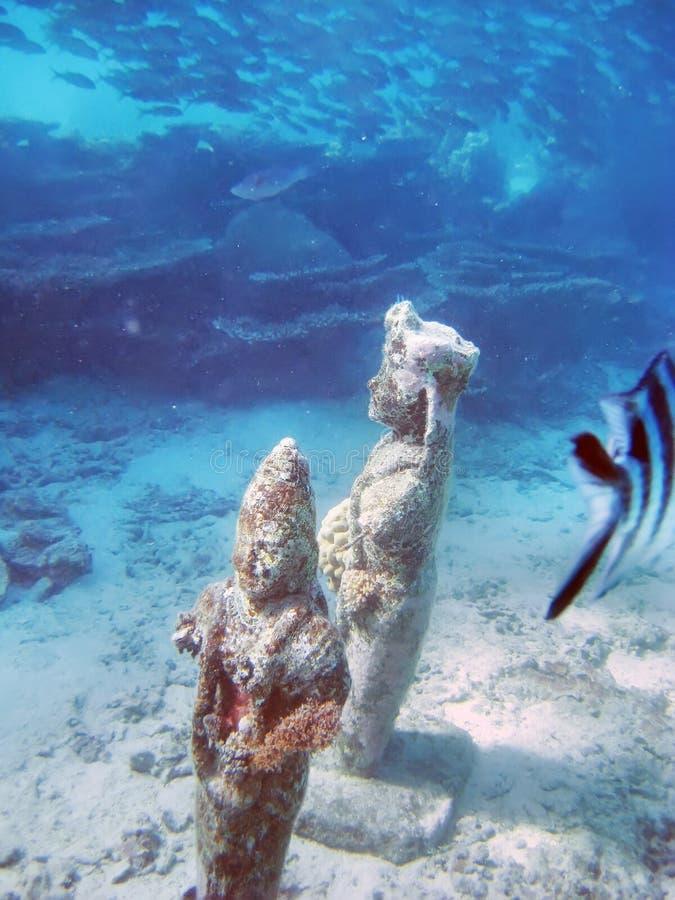 Μαυρίκιος Αγάλματα στον βυθό της θάλασσας και σχολεία ψαριών στοκ εικόνες